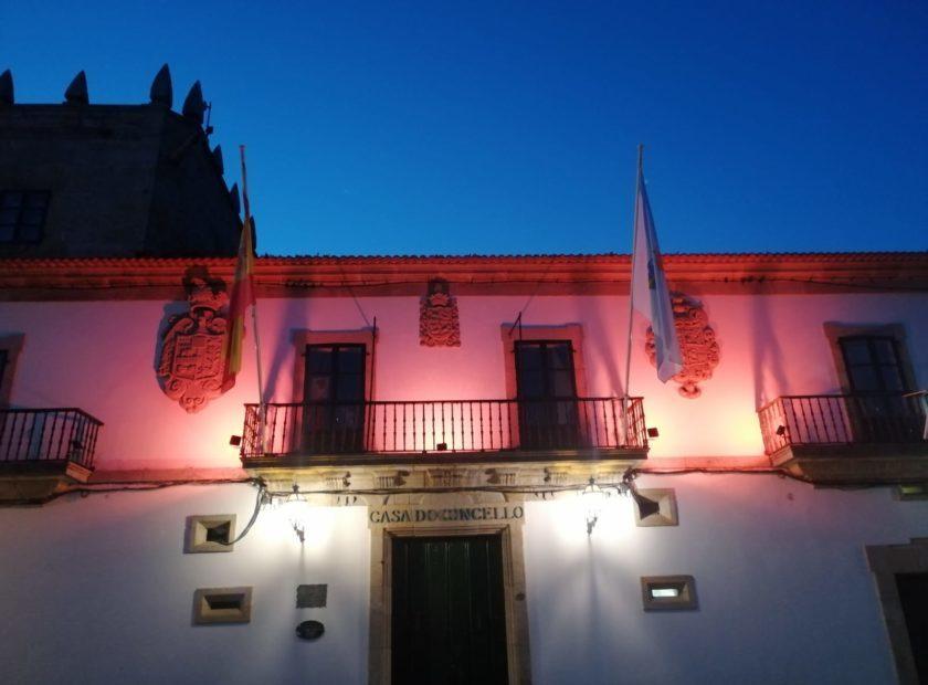 Fachada Concello de Baiona iluminada naranja 840x620 Baiona