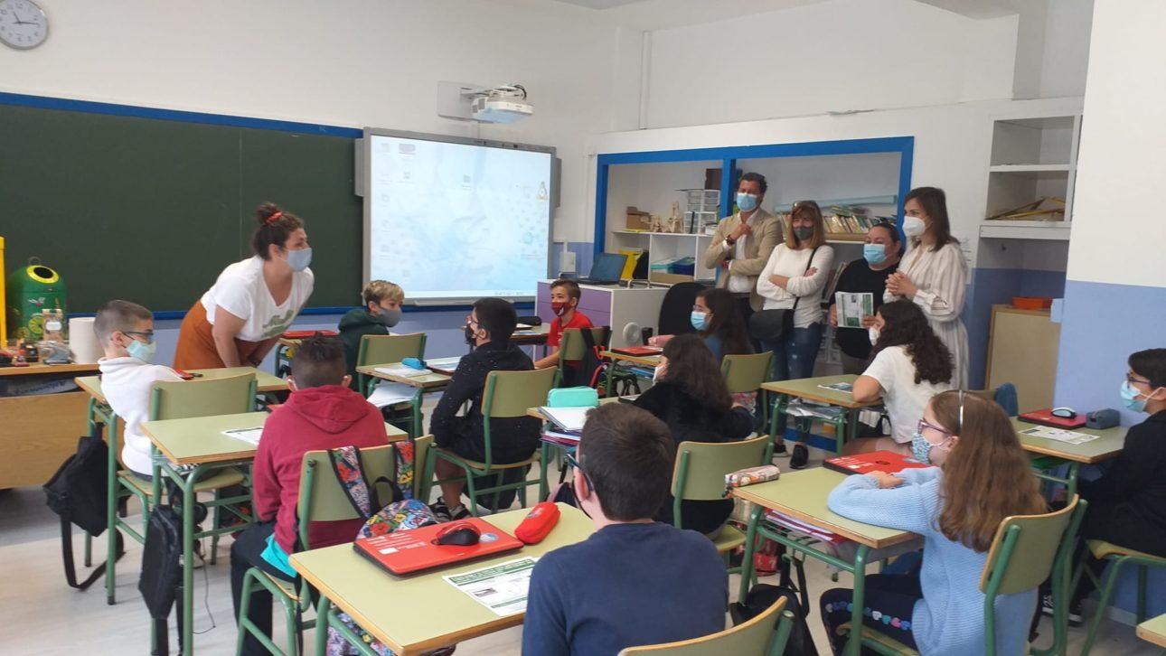 Charlas colegios Baiona Alcalde Concejala Medio Ambiente Directora del centro tecnica 1 scaled Baiona