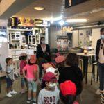 Os nenos e nenas da Escola de Verán do Concello de Baiona visitan a praza de abastos